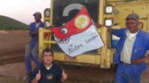 Dario Urbanski mit Bauarbeitern an der Alten Försterei 2 in Südafrika